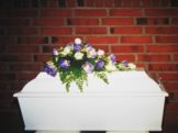 Et af de mest sørgelige syn i vores liv. Låget er netop lagt på vores lille elskede søn - og alt er uigenkaldeligt slut.